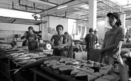 De vissenverkopers van de tonijn bij de markt (Maleisië, Azië) Royalty-vrije Stock Foto