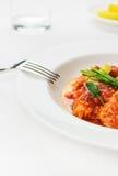 De vissenZeevruchten van de kabeljauw met tomaat op wit tafelkleed Royalty-vrije Stock Afbeeldingen
