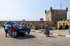 De visser beweegt een boot in de haven van Essaouira in Marokko Royalty-vrije Stock Foto's