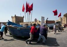 De visser beweegt een boot in de haven van Essaouira in Marokko Stock Afbeeldingen
