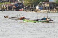 De visser gebruikt de traditionele boot Royalty-vrije Stock Foto's