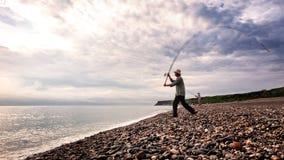 De visser giet zijn hengel bij Qixingtan-Strand in Hualien, Taiwan royalty-vrije stock afbeeldingen