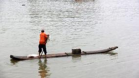 De visser roeit bamboevlot Stock Afbeelding