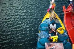 De visser vangt verse krab Royalty-vrije Stock Foto's