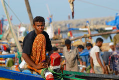 De visser zit aan de voorkant van de vissersboot enkel aankwam aan de haven in Al Hudaydah, Yemen royalty-vrije stock afbeeldingen