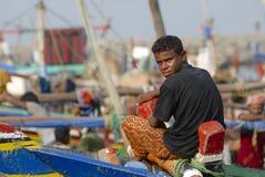 De visser zit bij de vissersboot, Al Hudaydah, Yemen Stock Afbeelding