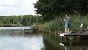 De visserij door het meer is onze gemeenschappelijke hartstocht stock videobeelden