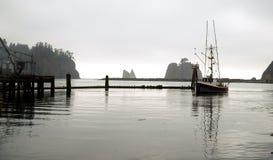 De visserij Trowller gaat Jachthaven voor Marine Fuel in Stock Foto