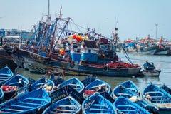 De visserij van blauwe boten in Essaouira-haven met fishmens Royalty-vrije Stock Fotografie