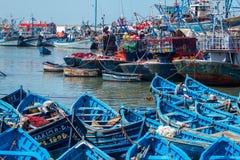 De visserij van blauwe boten in Essaouira-haven met fishmens Royalty-vrije Stock Foto's