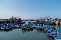 De visserij van blauwe boten in Essaouira-haven met fishmens Royalty-vrije Stock Afbeeldingen