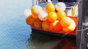 De visserij van boeien op een vissersboot stock footage