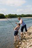 De visserij van de grootvader en van de kleinzoon Stock Foto's