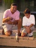 De Visserij van de jongen en van de Grootvader Stock Afbeeldingen