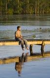 De visserij van de mens van een dok royalty-vrije stock afbeelding