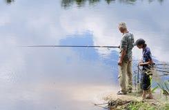 De visserij van de opa en van de kleinzoon Stock Fotografie