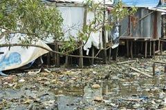 De visserij van dorp op een rivier van afval Royalty-vrije Stock Foto's
