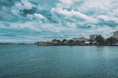 De visserij van dorp in Penang bij bewolkte dag Stock Afbeeldingen