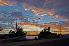De visserij van haven bij zonsondergang royalty-vrije stock foto