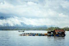 De visserij van huis op het water royalty-vrije stock afbeelding