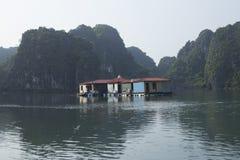De visserij van huizen in Halong-Baai bij zonsondergang stock fotografie