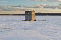 De visserij van hut op een bevroren meer Stock Afbeeldingen