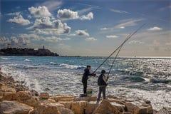 De visserij van jongens op de kust in Tel Aviv Royalty-vrije Stock Foto's