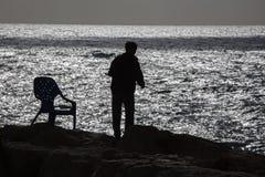 De visserij van jongens op de kust in Tel Aviv Stock Foto's
