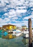 De visserij van laarzen langs het dok in Caorle, Italië ADRIATISCHE OVERZEES stock afbeeldingen