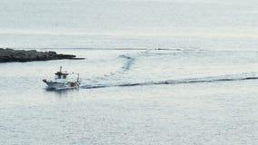 De visserij van Motorboot die Rotsen overgaan
