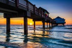 De visserij van pijler in de Golf van Mexico bij zonsondergang, Clearwater-Strand, stock afbeelding