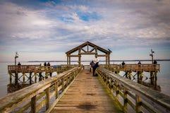 De visserij van pijler op de Potomac Rivier in Leesylvania-het Park van de Staat, Vir stock foto's