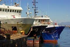 De visserij van schepen bij pijler in oceaan Royalty-vrije Stock Afbeelding