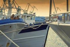 De visserij van schepen in de haven in de avond Stock Fotografie