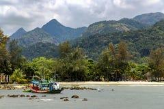 De visserij van schip in de baai van het overzees zuiden-China stock foto's