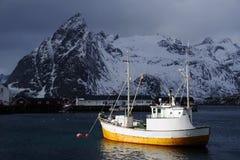 De visserij van schip in Lofoten-Archipel stock foto