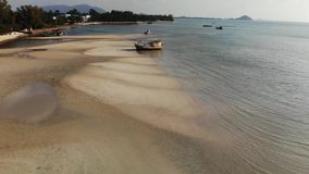 De visserij van schip op zandkust dichtbij water Oude verlaten roestige vissersboot op zandkust dichtbij overzees in zonnige dag, stock videobeelden