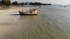 De visserij van schip op zandkust dichtbij water Oude verlaten roestige vissersboot op zandkust dichtbij overzees in zonnige dag, stock video