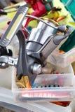 De visserij van spoel op dozen met lokmiddelen en wobblers stock foto
