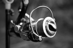 De visserij van spoel op een staaf met een geweven draad in zwart-wit royalty-vrije stock afbeeldingen