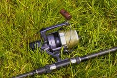 De visserij van spoel op het gras stock afbeeldingen