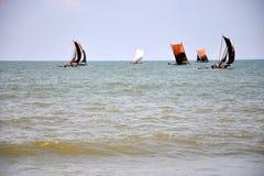 De visserij van varende boten in Negombo, Sri Lanka Stock Fotografie