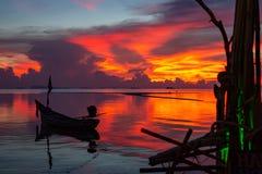 De visserij van zeilbootsilhouet bij zonsondergangmening stock fotografie