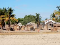 De visserijdorp van Madagascar, Morondava, met huizen, kerk en palmen Stock Foto's