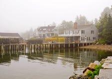 De visserijwerf van Maine in mist stock afbeeldingen