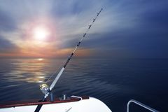 De visserijzonsopgang van de boot op Middellandse Zee oceaan Royalty-vrije Stock Afbeeldingen