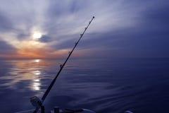 De visserijzonsopgang van de boot op Middellandse Zee oceaan Stock Afbeeldingen