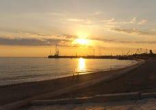 De vissers die van de het strandstad van het zonsondergangzonlicht in de kust vissen Stock Foto
