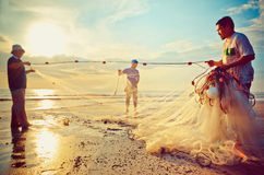 De vissers doen hun werk dichtbij Beserah-strand, Kuantan, Maleisië Royalty-vrije Stock Fotografie
