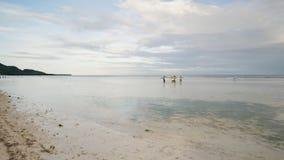 De vissers dragen een boot aan het overzees Boholeiland filippijnen stock videobeelden